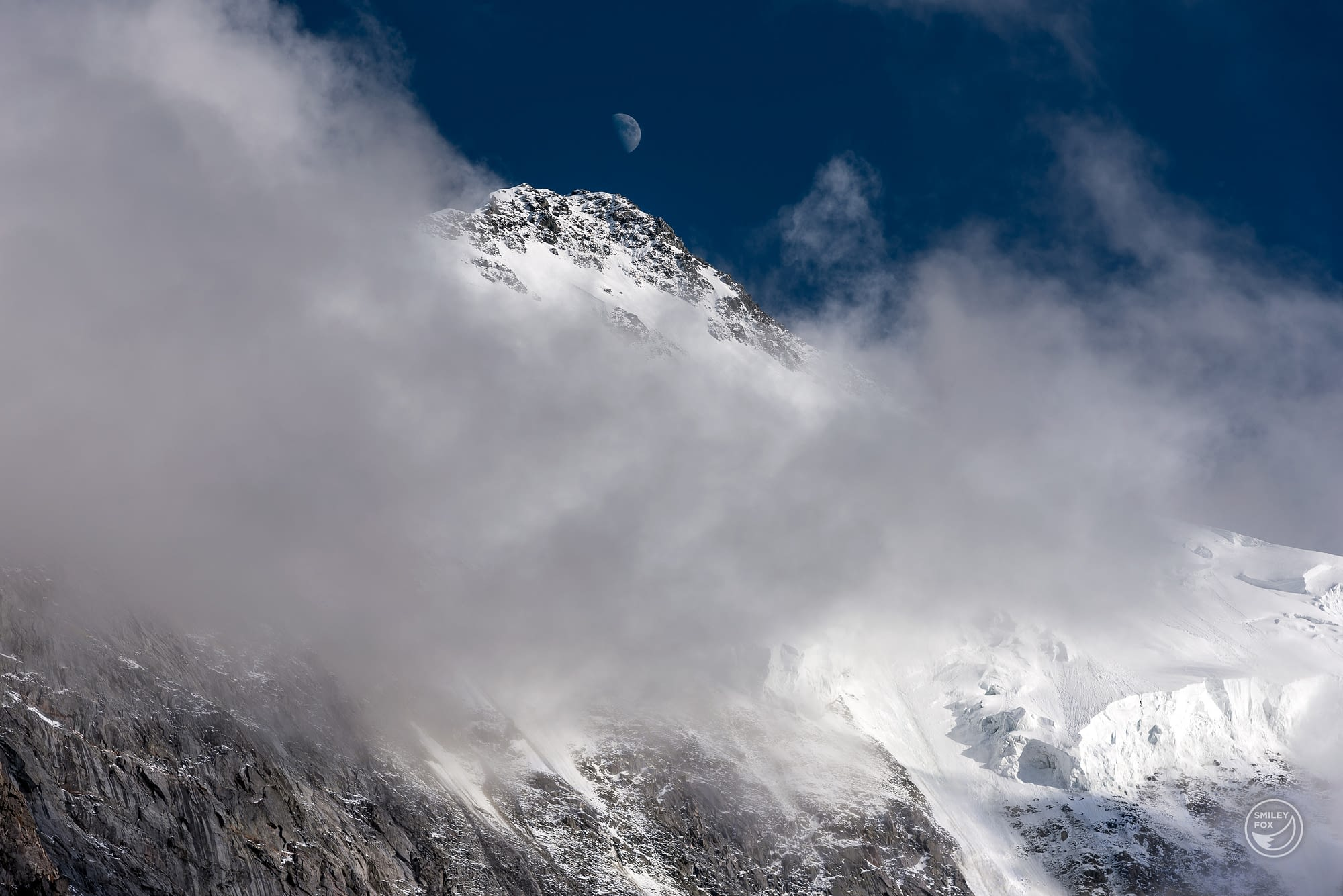 Луната изгрява над връх Белуха