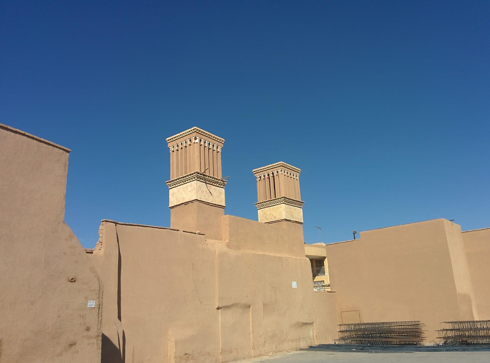 """Типичните за града """"кули климатици"""""""